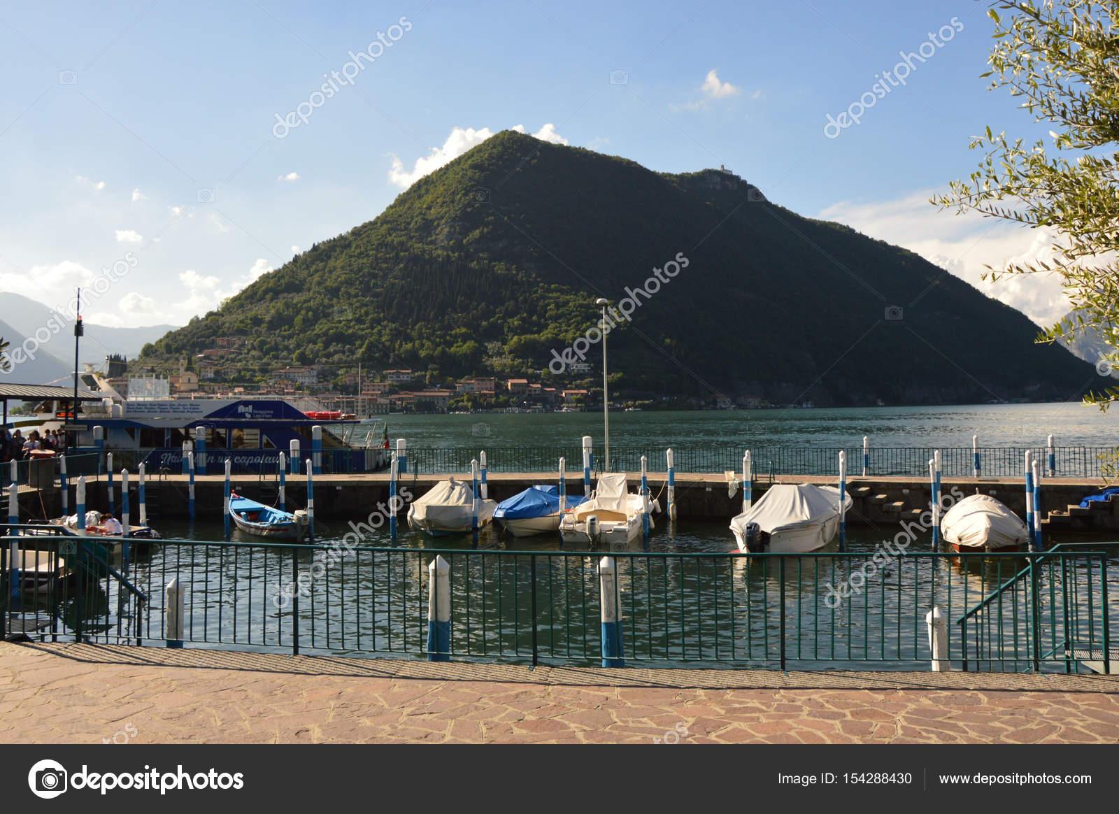 背景には、イタリアのモンテ イ...