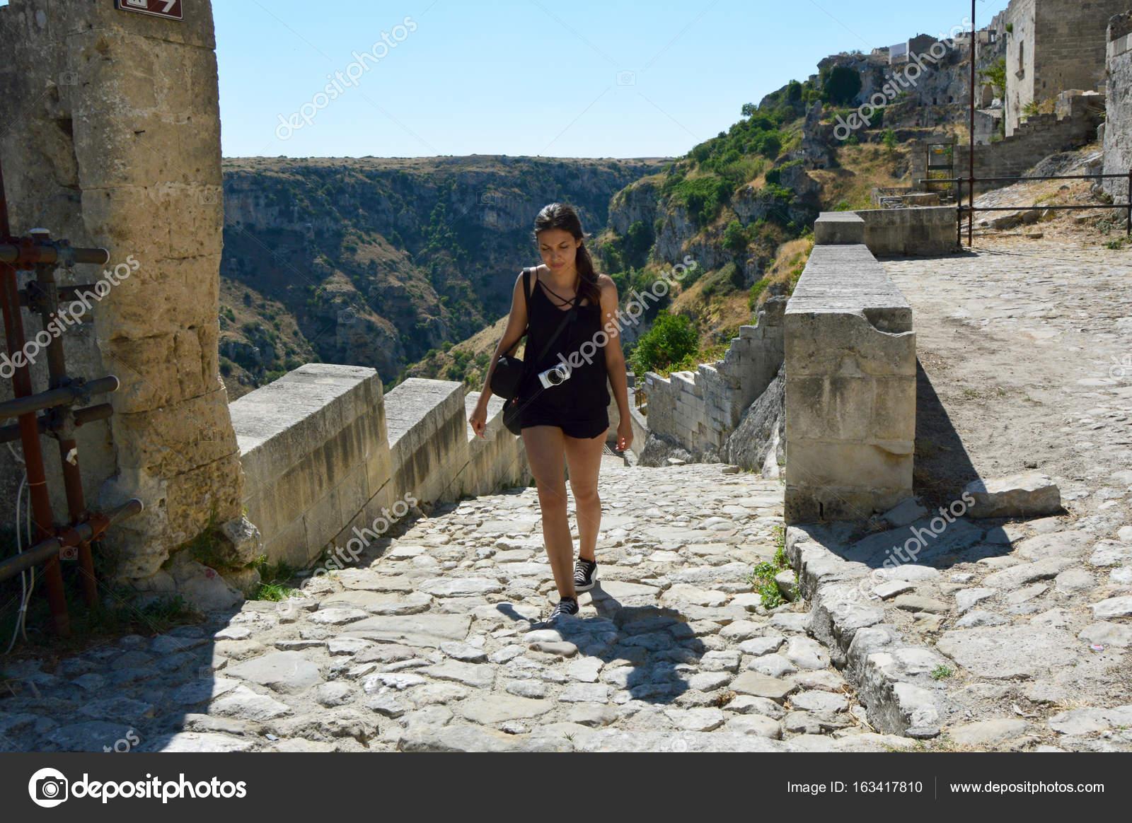 d3cf9cfe10cf78 Junge Frau klettern Treppen in der alten Stadt Matera