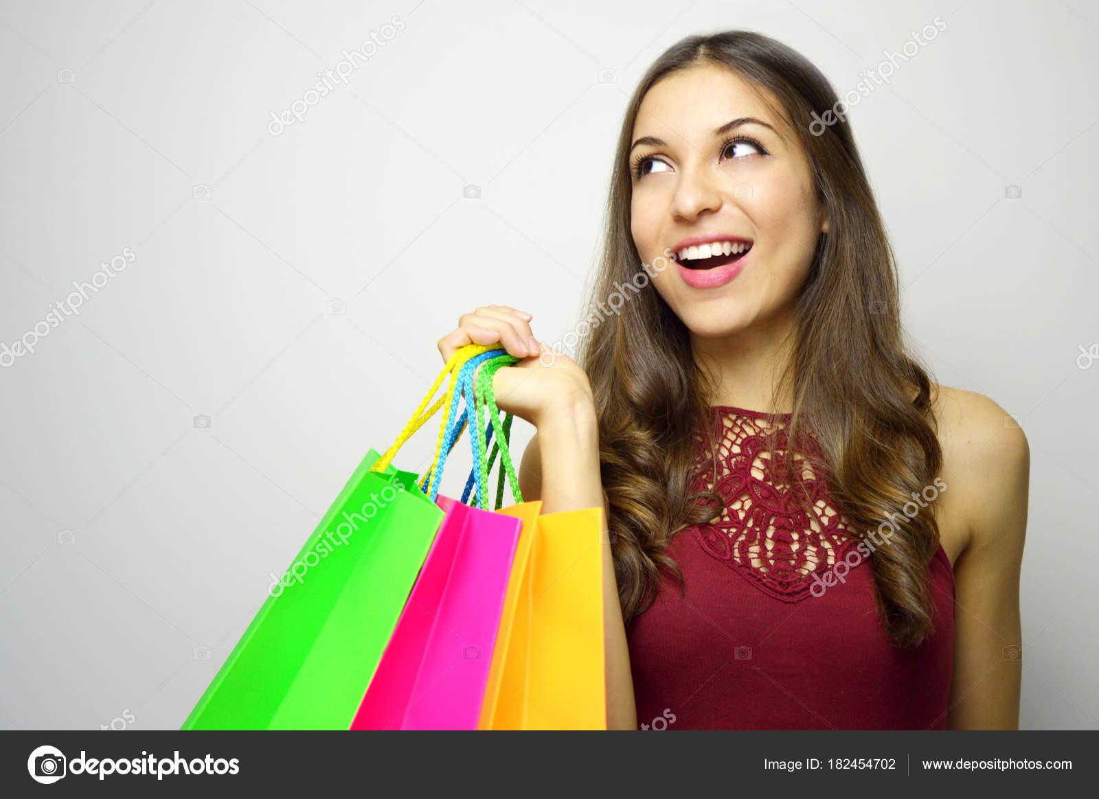 39f5e8c4b770 Mulher Segurando Sacolas Compras Olhando Para Lado Fundo Cinza Espaço —  Fotografia de Stock