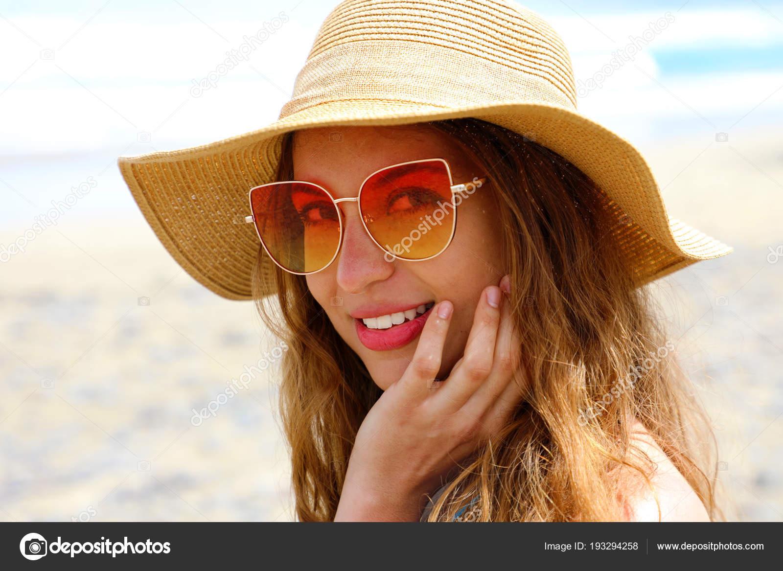 Retrato Gafas Con Sombrero Playa Bonita Joven Mujer — Paja Sol Fotos 4AjqcRL35S