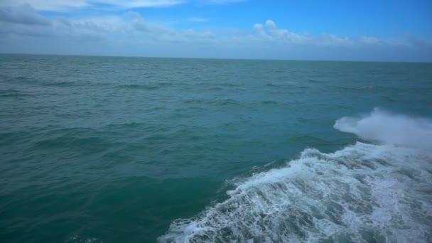 oceánu vlny moře dopad toku zpomalené letecký pohled shora a modrá obloha pozadí