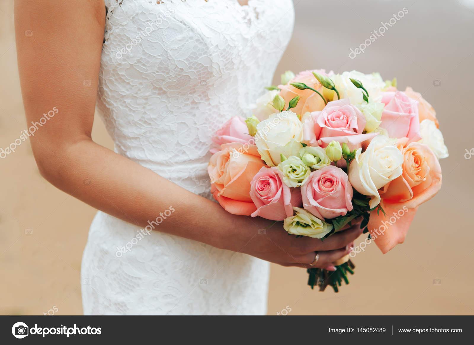 Hochzeitsstrauss In Die Hande Der Braut Stockfoto C Yavlonin 145082489