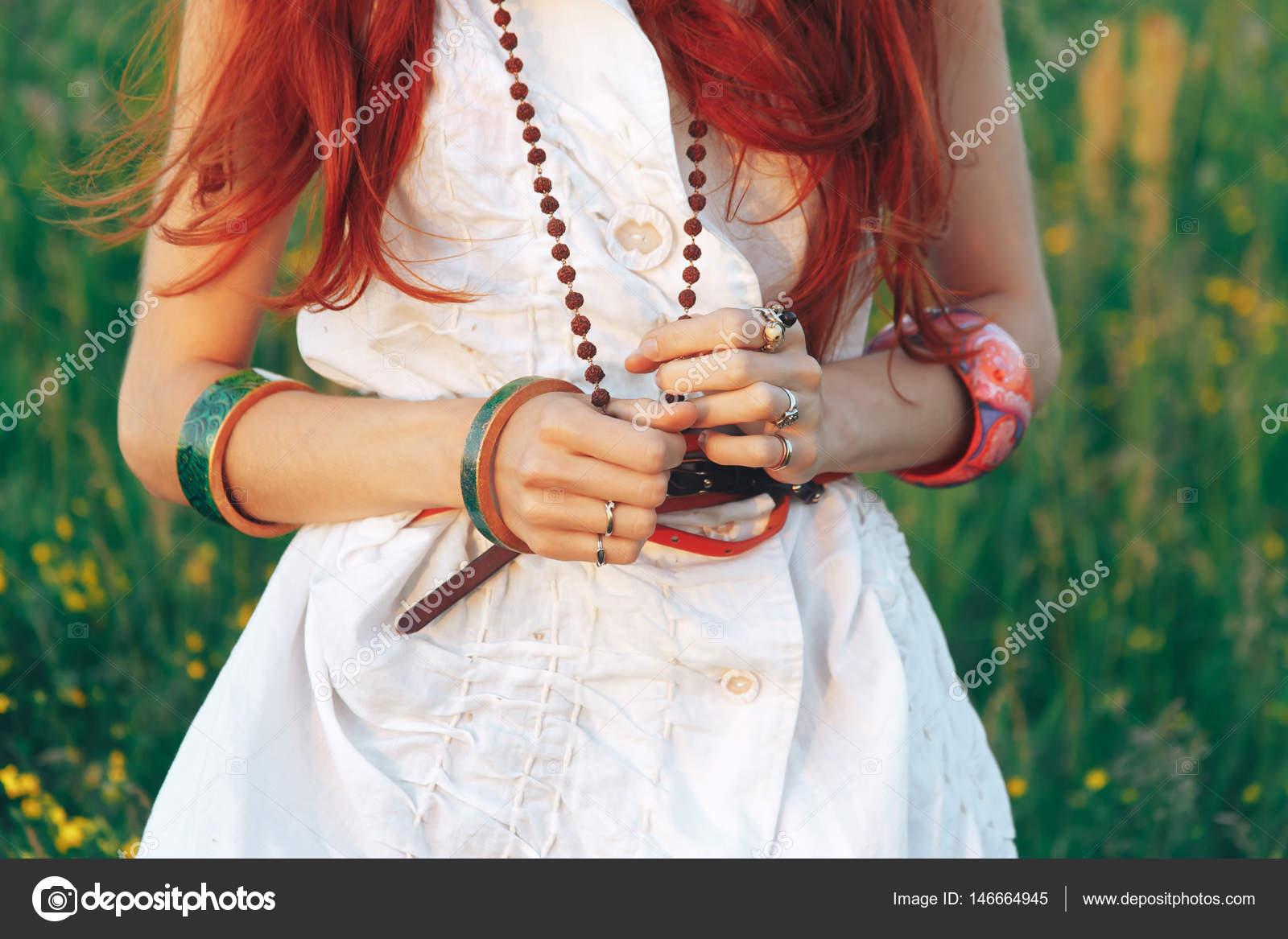 Madchen Im Hippie Stil Auf Natur Hintergrund Stockfoto C Yavlonin