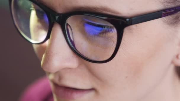 Žena oči při pohledu na monitoru