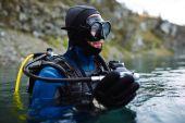 Potápěč na vodní hladině