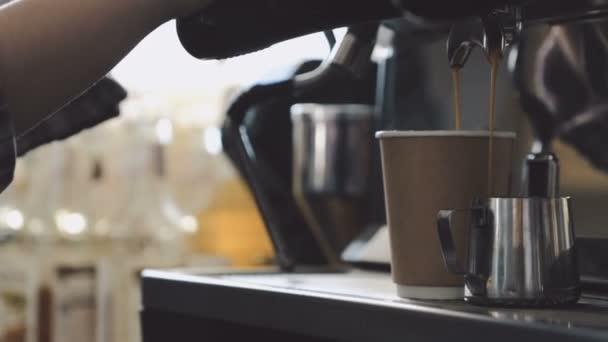 facendo espresso fresco