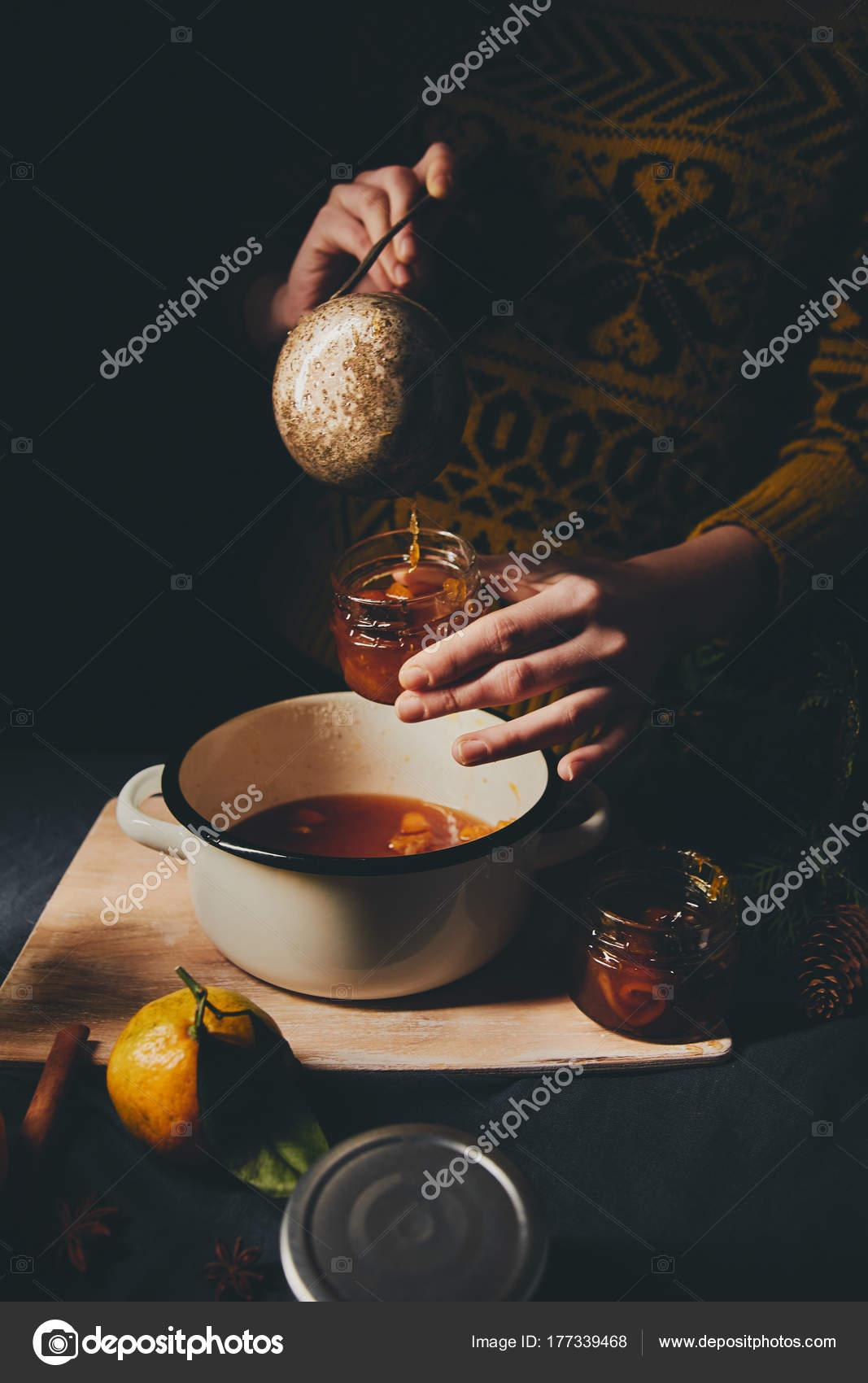Weibliche Hände Gießen Orange Marmelade Gläsern Für ...