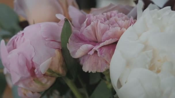 Čerstvé růžové kytice růží, pivoňky a hortenzie