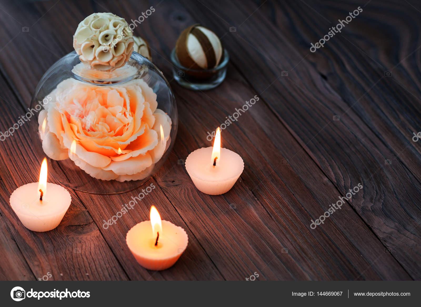 Eine große rosa Blume in einer Glaskugel, Dekorationen und ...