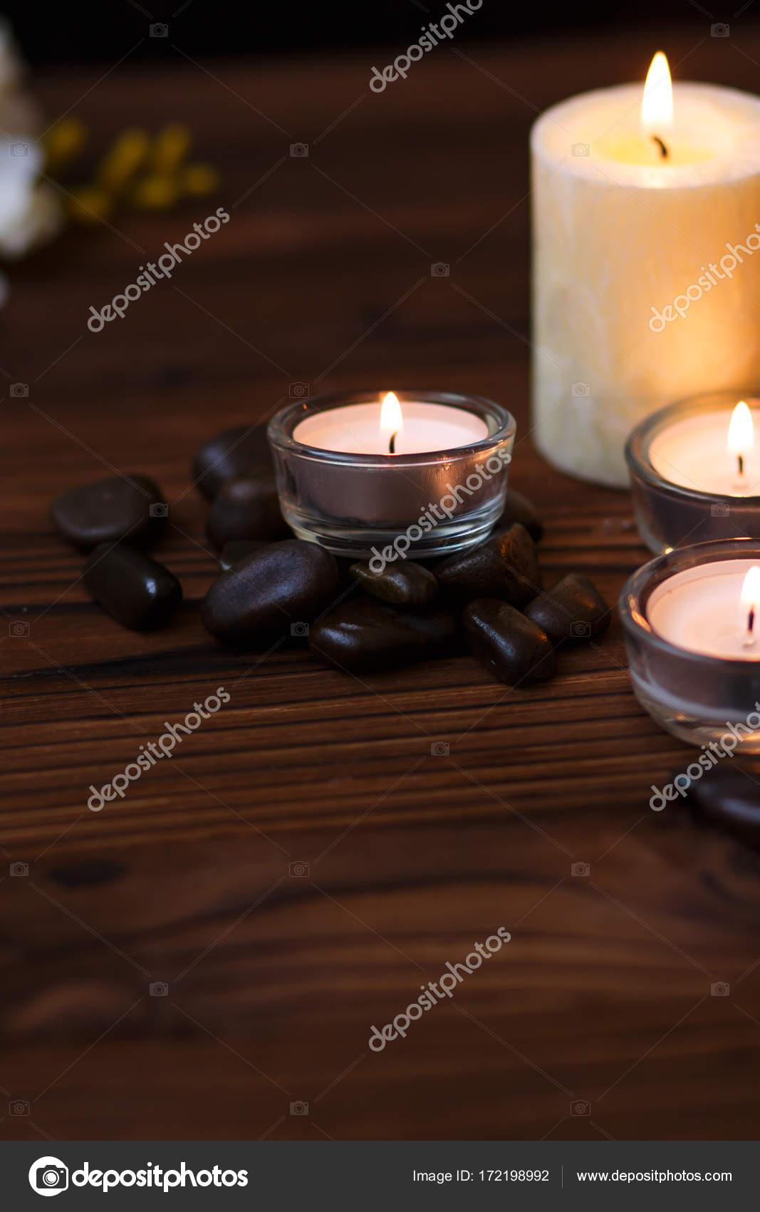 Eine Kerze in einer Glasvase, Dekoration und verschiedene ...