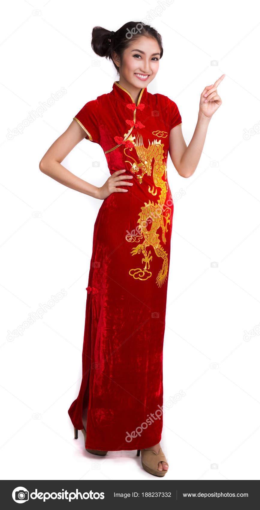 5899a2e89955 Asiatisk dam med kinesisk klänning stående på vit isolerade bakgrund — Foto  av anekoho