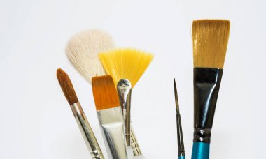 artists paint brushes of different sizes and shapes