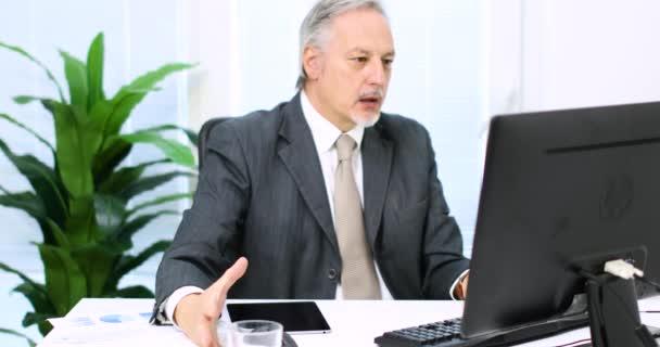 naštvaný podnikatel při práci v kanceláři