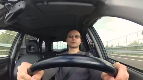 muž řídil jeho auto