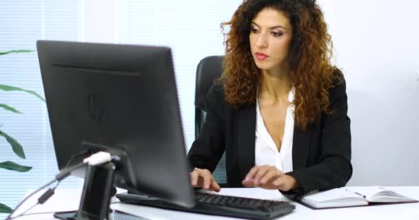 Žena pracující v kanceláři
