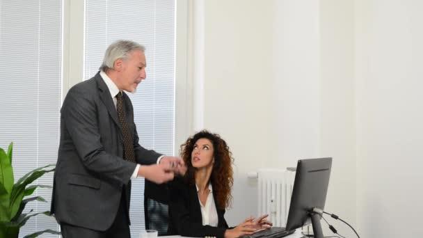 naštvaný podnikatel při práci s podnikatelka