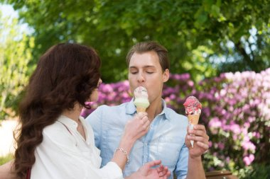 couple eating an ice cream