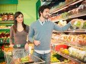 Fotografie Menschen nehmen Gemüse im Supermarkt