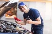 Fotografie Mechanik spuštění motor automobilu pomocí kabelů