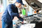Fotografie Portrét automechanik auto v garáži