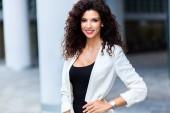 Porträt von brunette Geschäftsfrau im freien