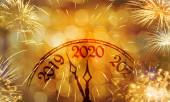 Nový rok koncept, hodiny v blízkosti půlnoci roku 2020, ohňostroj zlaté pozadí bokeh