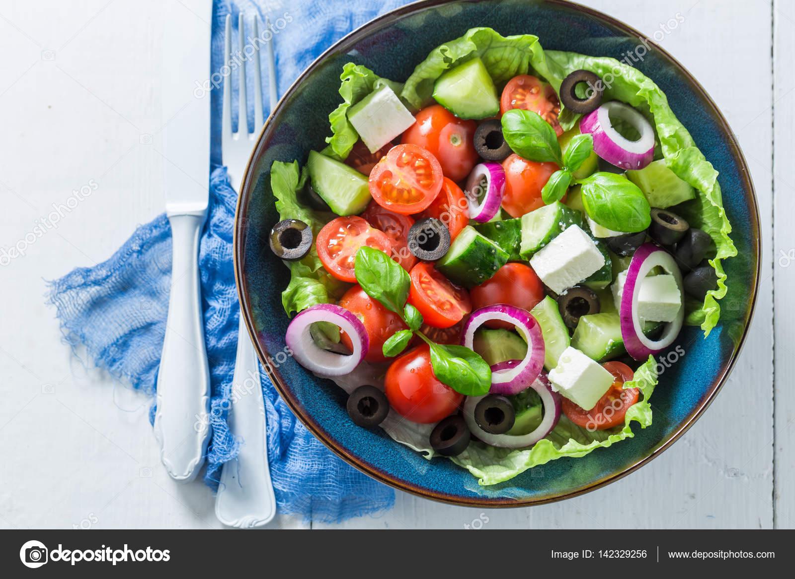 Греческий с листьями салата