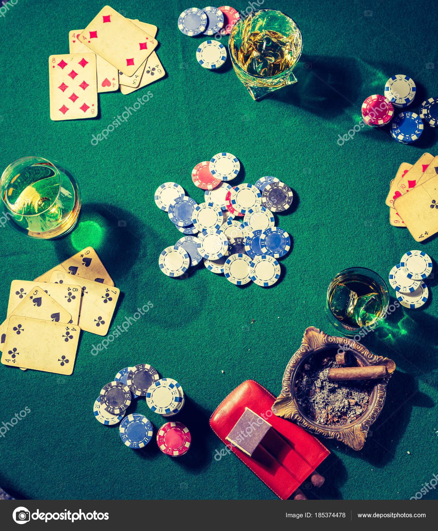 Fondo Pantalla Perros Jugando Poker Tarjetas Y Chips En Verde