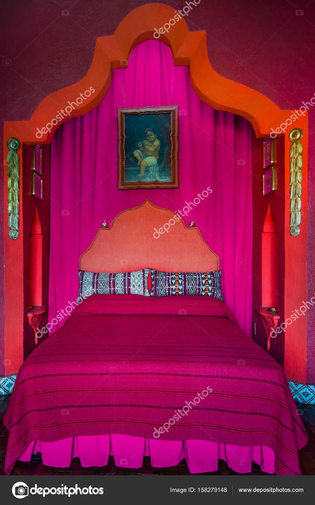 Rode en roze slaapkamer 1001 nachten bed – Redactionele stockfoto ...