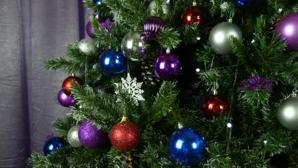 Veselé Vánoce a veselé svátky! Vánoční strom s hračkami cetky close-up