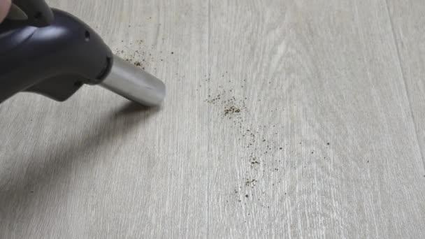 Vysávání trosek na parketové podlaze bez použití štětců