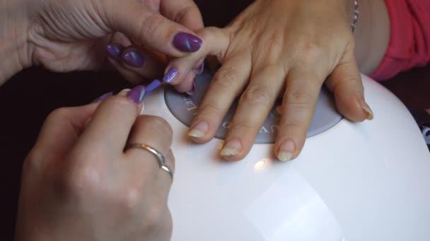 Nahaufnahme der Nagelpflege im Schönheitssalon