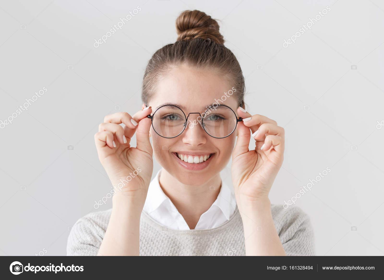Nahaufnahme der attraktiven jungen Frau isoliert auf grauem ...