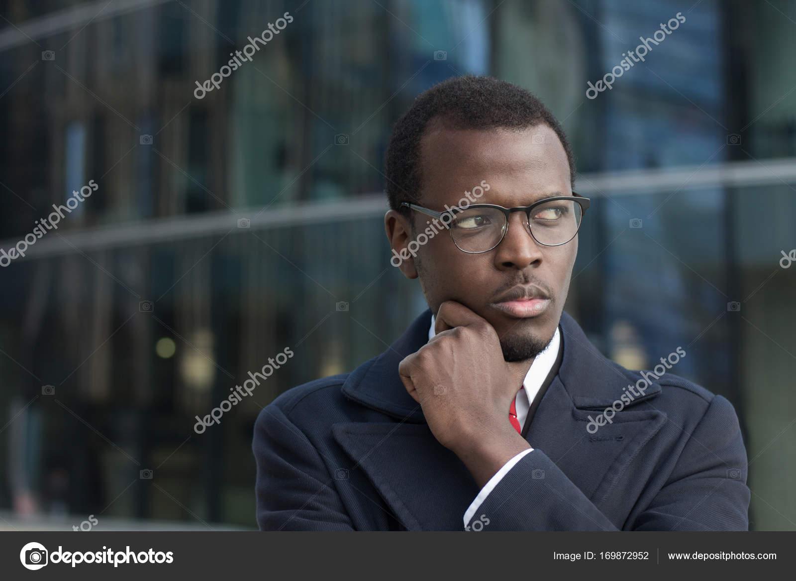 8baeeaf09 Headshot horizontal do jovem negro masculino em pé no revestimento ...