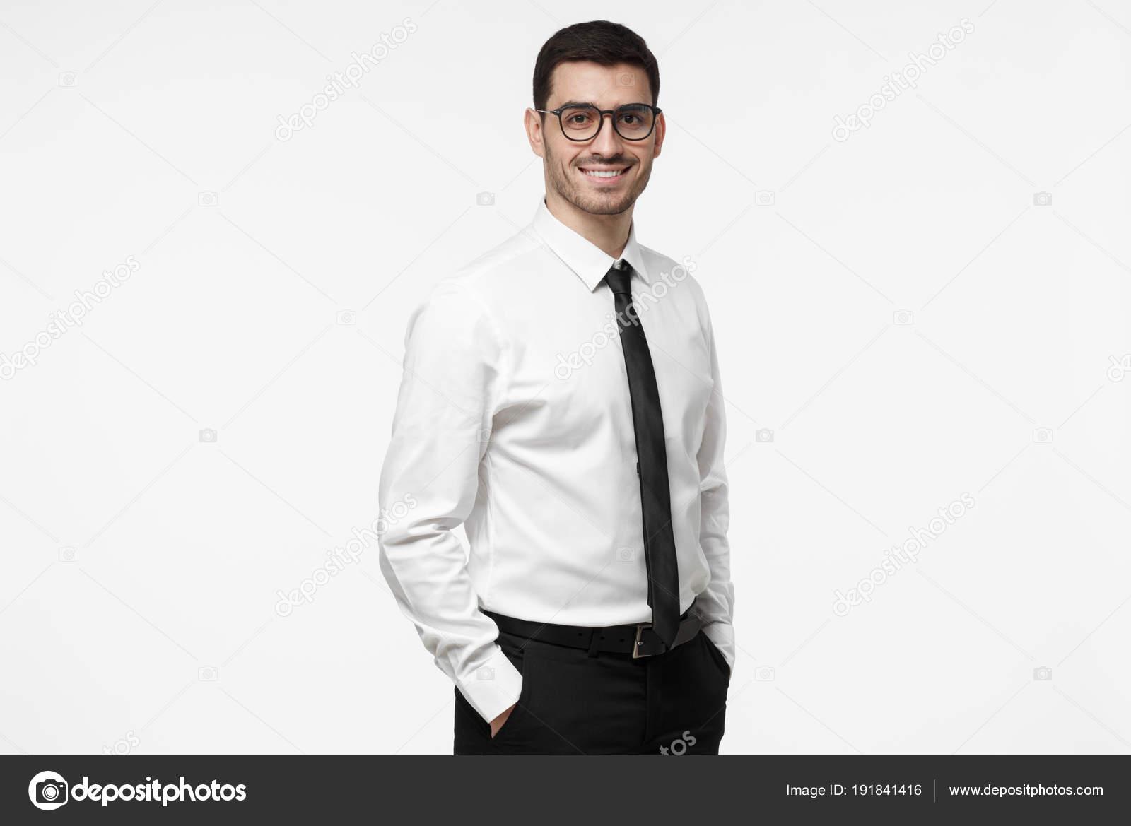 Abbigliamento Ufficio Uomo : Uomo di affari di yong o dipendente aziendale isolato su sfondo
