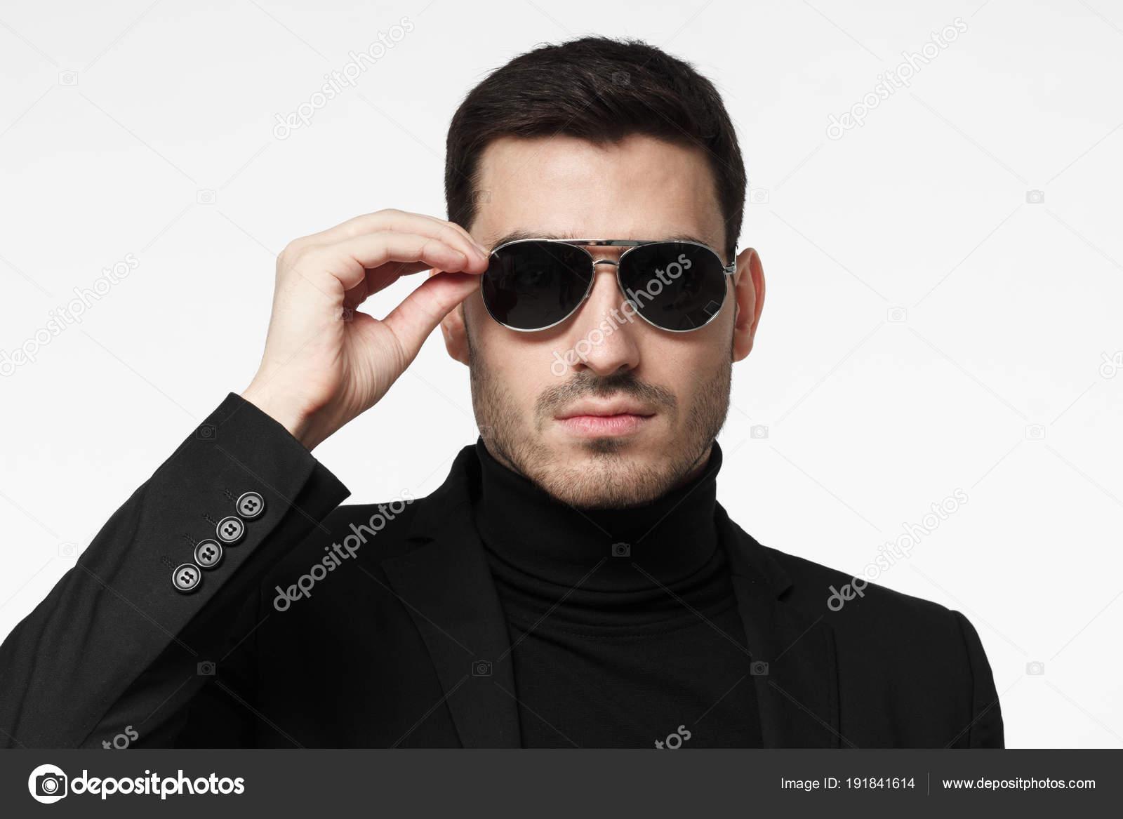 1cd2e8a1a53fec Nahaufnahme Schuss Leibwächter oder Geheimagenten tragen Anzug und  Sonnenbrille