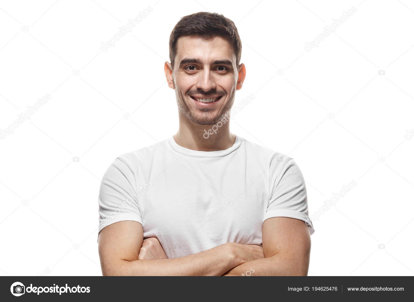 39556031e Presiona Closeup foto de joven guapo europeo caucásico hombre aislado sobre  fondo blanco con camiseta blanca en blanco, Sonriente ...