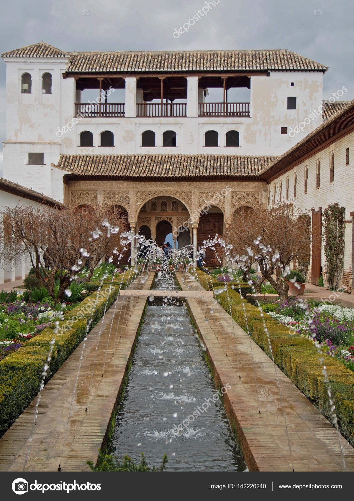 Amazing Eine Dekorative Brunnen Besprühen Mit Wasser Im Inneren Der Festung  Alhambra In Granada, Spanien U2014 Foto Von Nikkigensert@gmail.com