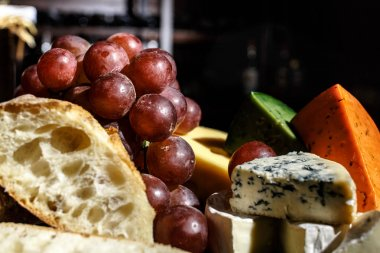 Grapes with cheese and bread