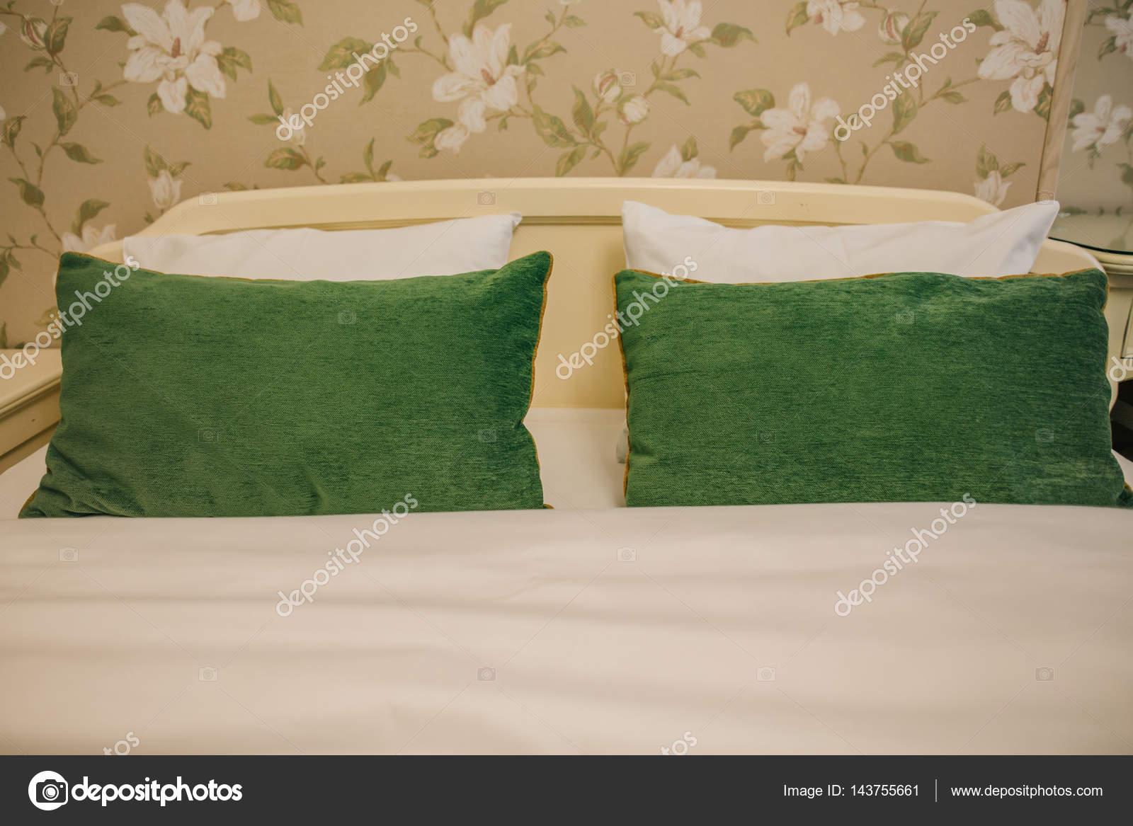 łóżko I Zielone Poduszki Zdjęcie Stockowe Vaksmanv101