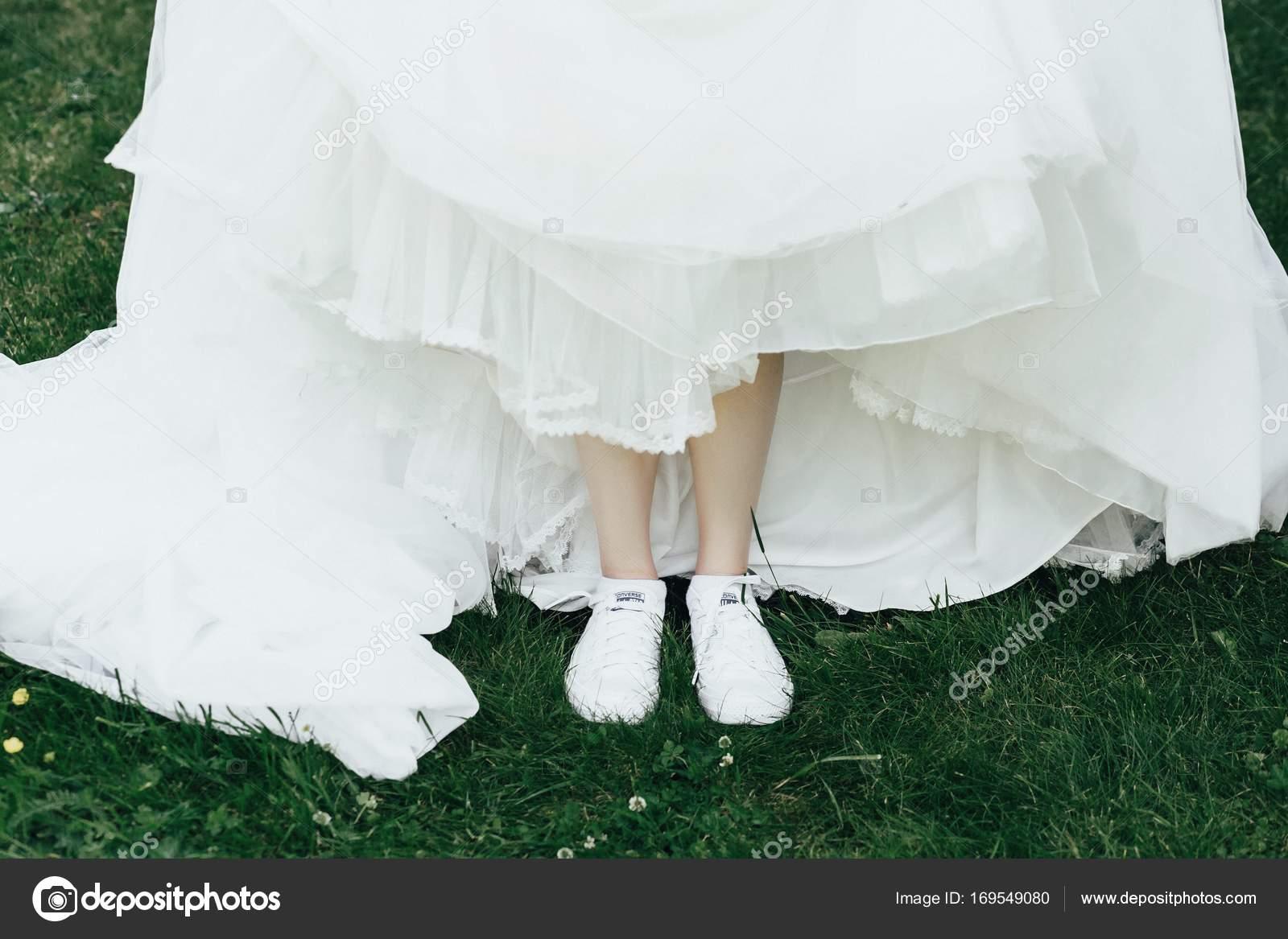 Braut Brautkleid und Turnschuhen bekleidet — Stockfoto © VAKSMANV101 ...