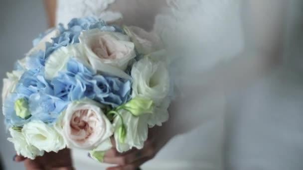 nevěsta v bílých svatebních šatech