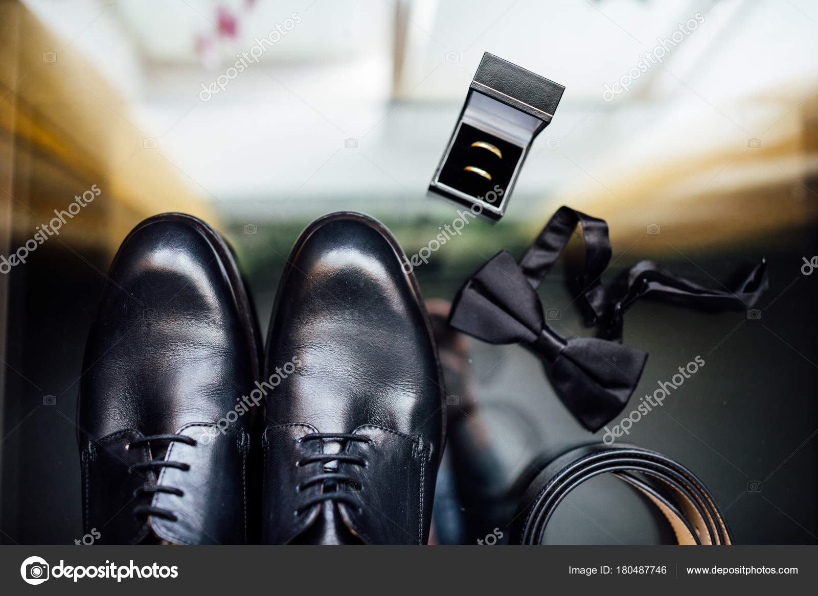 6973a1b6e819 Dettagli Del Matrimonio Accessori Sposo Scarpe Anelli Cintura Papillon —  Foto Stock