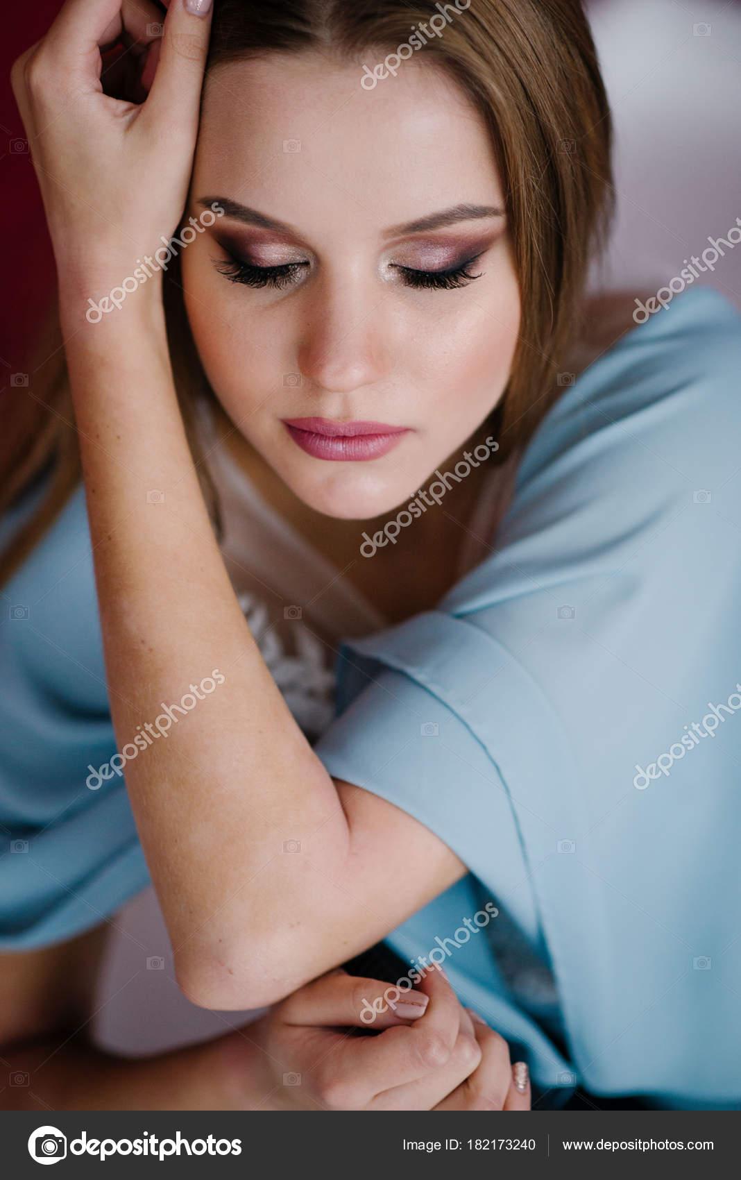 Schöne Junge Frau Mit Make Blauen Kleid Posiert Studio Stockfoto