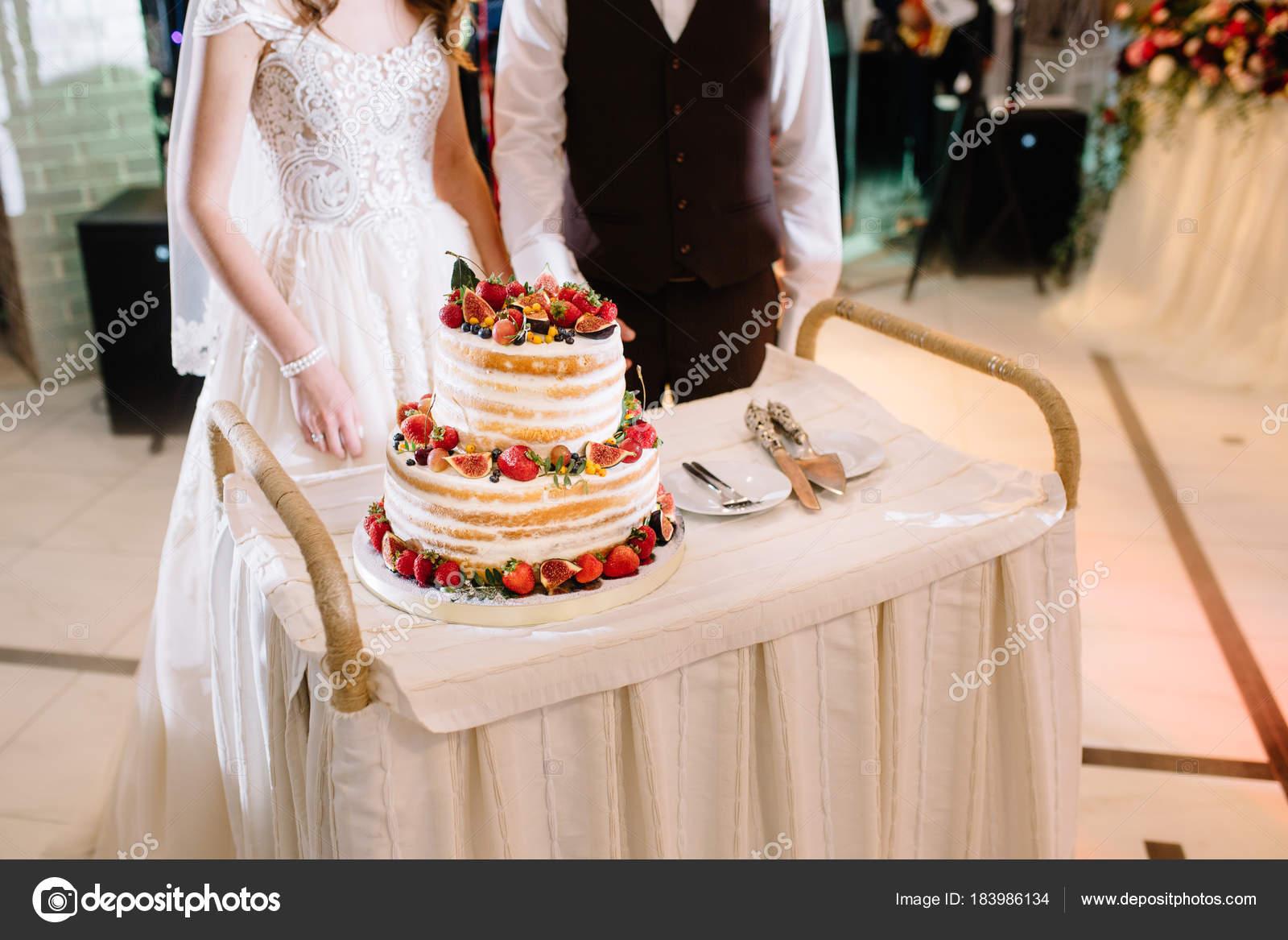 Elegante Hubsche Junge Braut Und Brautigam Anschneiden Der