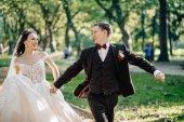 Fotografia bella sposa e sposo al giorno del loro matrimonio