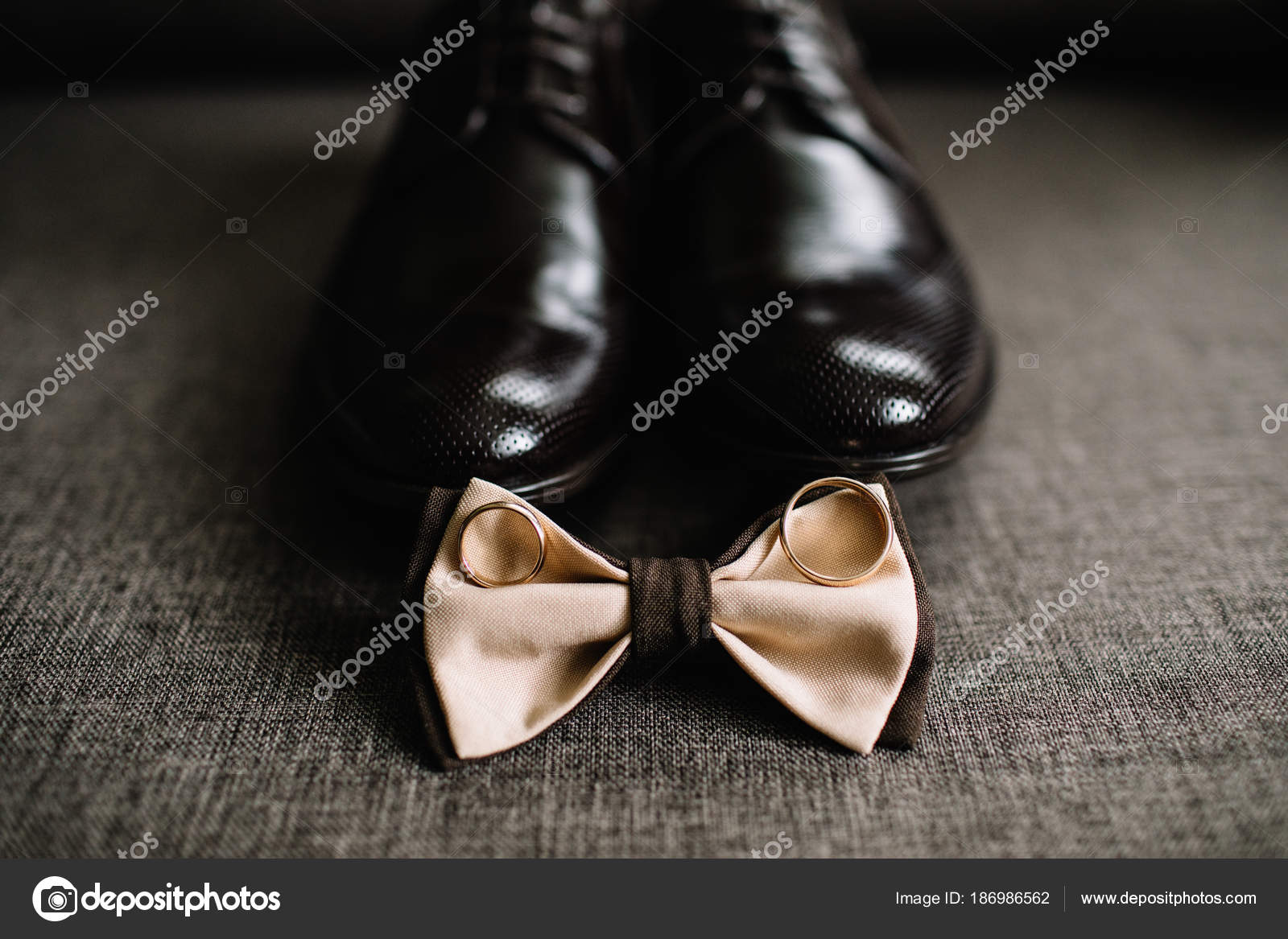 1dd10d3c60 Details Der Hochzeit Bräutigam Accessoires Schuhe Ringe Und Fliege–  Stockbild