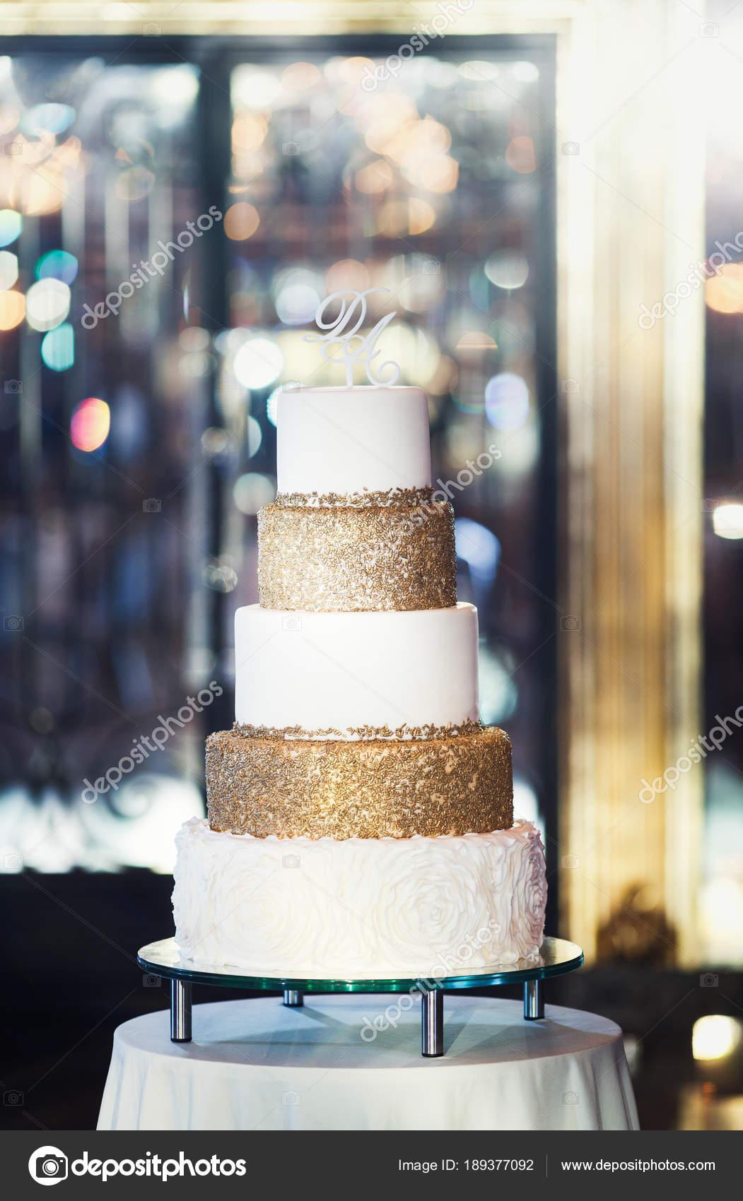 Weisse Hochzeitstorte Verziert Mit Kristallen Und Glasur Bogen