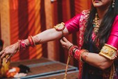 Fotografia Primo piano delle mani della sposa indiana ricoperta di mehndi