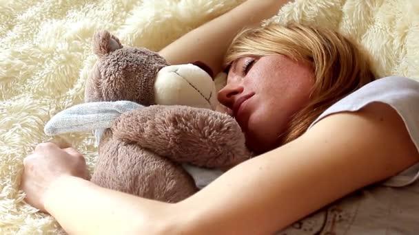 Alvó lány mackó hálószobában otthon
